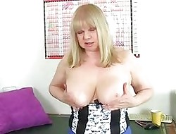 British granny Amanda Degas fingers their way well provided for ancient pussy