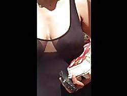 Tettona nuda sotto il vestito...